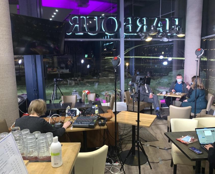 Eevertti ajaa lähetystä, Timo Harakka ja Laura Rissanen keskustelevat.